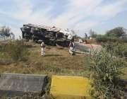 اسلام آباد: تیز رفتاری کے باعث الٹنے والا ٹرک فیض آباد کے مقام پر گرین ..