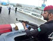 حیدر آباد: پولیس اہلکار سیکیورٹی کے پیش نظر لطیف آباد فلائی اوور پر ..