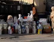 راولپنڈی: ایک خاتون ہفتہ وار جمعہ بازار میں لگے سٹال سے اشیاء پسند کر ..