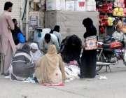 راولپنڈی: خواتین جمعہ بازار سے خریداری کر رہی ہیں۔