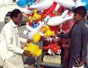 بہاولپور: معذور محنت کش پھیری لگا بیلون فروخت کررہا ہے۔