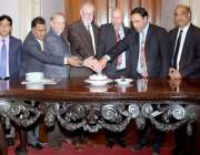 لاہور: گورنر پنجاب چوہدری محمد سرور گورنر ہاؤس میں مسیحی کمیونٹی کے ..