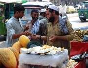 پشاور: ریڑھی بان گرما فروخت کر رہا ہے۔