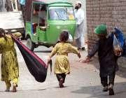 پشاور: خانہ بدوش بچے کار آمد اشیاء جمع کرنے کے بعد واپس جا رہے ہیں۔