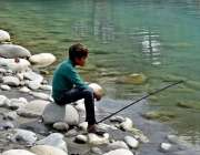 گلگت: نوجوان دریائے انڈس سے مچھلی کا شکار کررہا ہے۔