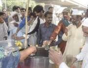 لاہور: شہری پیاس بجھانے کے لیے ریڑھی سے لیموں کی سکنجین پی رہے ہیں۔