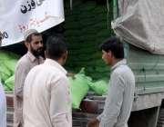 راولپنڈی: شہری سستار بازار سے آٹا خرید رہے ہیں۔