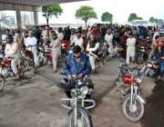 اسلام آباد: موٹر سائیکل سواروں کی بڑی تعداد بارش سے بچنے کے لیے پل کے ..