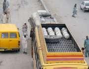 راولپنڈی: مسافر بس کی چھت پر لگے سی این جی سلنڈر عید کے دوران مسافروں ..