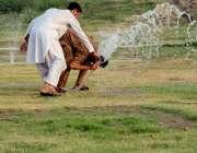 لاہور: گریٹر اقبال پارک میں شہری گرمی کی شدت کم کرنے کے لیے سر پرپانی ..