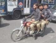 لاہور: موٹر سائیکل سوار پولیس رضا کار قانون کی دھجیاں بکھیرتے ہوئے ..