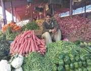 رائے ونڈ: ماڈل بازر میں ایک سبزی فروش گاہکوں کا منتظر ہے۔