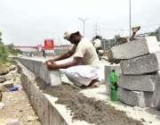 اسلام آباد: وفاقی دارالحکومت میں مزدور تعمیراتی کام میں مصروف ہے۔