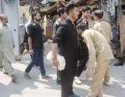 لاہور: عاشورہ محرم کے موقع پر سیکیورٹی پر تعینات رضاکار مرکزی جلوس ..