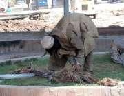 پشاور: نشے کا عادی شخص ٹیلی فون کی تاریں کاٹنے کی کوشش کر رہا ہے۔