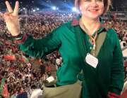 کراچی: پی ٹی آئی وومن ونگ سندھ کی صدر نصرت واحد فتح کی خوشی منا رہی ہیں۔