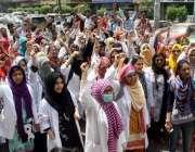 کراچی: عباسی ہسپتال کی لیڈی ڈاکٹر تنخواہیں نہ ملنے پر کراچی پریس کلب ..