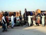 اسلام آباد: شہری سٹال سے جیکٹیں خرید رہے ہیں۔