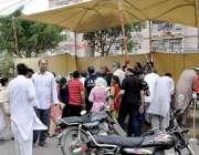 کراچی: عام انتخابات 2018  کراچی میں پی ٹی آئی کے کیمپ میں ووٹر اپنا نام ..
