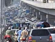 پشاور: پشاور ایچ سی کے سامنے شدید ٹریفک جام کا منظر۔