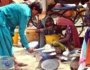 حیدر آباد: خانہ بدوش خاتون کھانا بنانے میں مصروف ہے۔