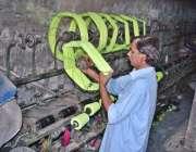 لاہور: مزدور پاور لوم پر روزہ مرہ کام میں مصروف ہے۔