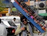 راولپنڈی: ایک محنت کش دھوپ سے بچنے کی عینکیں فروخت کر رہا ہے۔