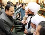 لاہور: وزیر اعلیٰ پنجاب سردار عثمان بزدار وزیر اعلیٰ آفس میں بزرگ شہری ..