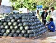 اسلام آباد: ایک محنت کش سڑک کنارے تربوز کا سٹال لگائے گاہکوں کا منتظر ..