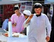 اسلام آباد: شہری گرمی کی شدت کم کرنے کے لیے قلفی کھا رہا ہے۔