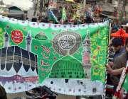 لاہور: ایک شہری عید میلاد النبی ﷺ کے مناسبت سے بینر پسند کررہا ہے۔