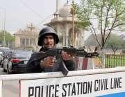 لاہور: پنجاب اسمبلی کے اجلاس کے موقع پر پولیس اہلکا ر داخلی راستے پر ..