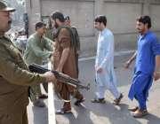 لاہور: مسجد شہداء میں نماز جمعہ کی ادائیگی کے موقع پر پولیس اہلکار الرٹ ..