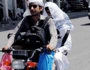 راولپنڈی: گرمی اور لوح سے بچنے کے لیے شہری چہرہ کپڑے سے ڈھانپے موٹر ..
