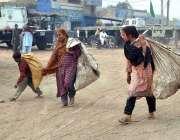 ملتان: خانہ بدوش خواتین کار آمد اشیاء تلاش کررہی ہیں۔