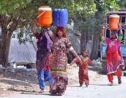 حیدر آباد: خانہ بدوش خواتین پینے کاپانی بھرنے کے بعد واپس جار ہی ہیں۔