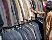 اسلام آباد: دکاندار گاہکوں کو متوجہ کرنے کے لیے پرانے گرم کپڑے سجا رہا ..