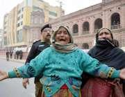 لاہور: دوسرے شہروں سے آنیوالی سائل خواتین اپنے مطالبات کے حق میں سپریم ..