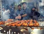 پشاور: دکاندار فرخت کے لیے چکن تکے بنا رہا ہے۔