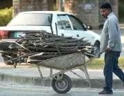 اسلام آباد: شہری ہتھ ریڑھی پر لکڑیاں رکھے اپنے منزل کی جانب رواں ہے۔