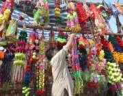 پشاور: مویشی منڈی میں دکاندار جانوروں کی سجاوٹ کا سامان فروخت کے لیے ..