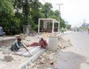 لاہور: لبرٹی چوک کے قریب مزدور ترقیاتی کاموں میں مصروف ہیں۔