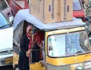 کراچی: ایک رکشہ ڈرائیور اوورلوڈنگ کیے جا رہا ہے جو کسی حادثے کا سبب ..