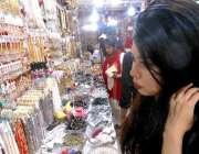 مری: خواتین جیولری کی دکان سے مختلف اشیاء پسند کر رہی ہیں۔