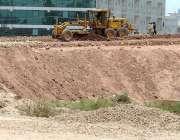 اسلام آباد: مزدور اسلام آباد ایکسپریس ہائی وے کے ساتھ زیر تعمیر سروس ..