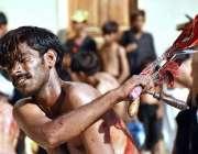 لاڑکانہ: چہلم حضرت امام حسین(رض) کے موقع پر ایک عزادار زنجیر زنی کر رہا ..