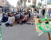 راولپنڈی: تحریک لبیک کے کارکنان لیاقت باغ چوک میں اپنے مطالبات کے لیے ..
