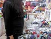 مری: ایک خاتون جیولرلی کی دکان سے مختلف اشیاء پسند کر رہی ہے۔