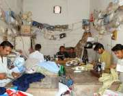 ملتان: عید کے پیش درزی گاہکوں کے کپڑے سلائی کر رہے ہیں۔