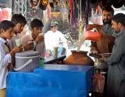 حیدر آباد: سکول سے چھٹی کے بعد بچے ریڑھی بان سے لسی پی رہے ہیں۔